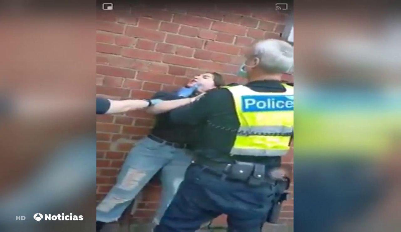 Investigan a un policía tras reducir a una mujer agarrándola del cuello por negarse a llevar mascarilla