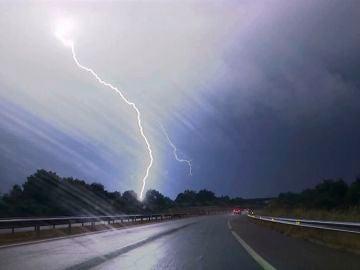 Un hombre en estado grave al recibir el impacto de un rayo mientras se refugiaba de la lluvia en Madrid