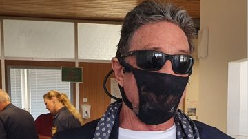 Detienen a John McAfee, fundador del famoso antivirus, por usar un tanga como mascarilla contra el coronavirus
