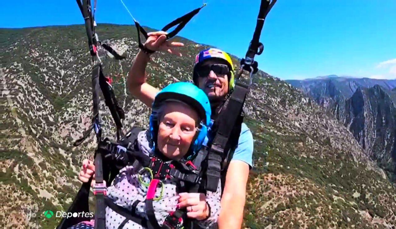 """Virtudes, una valiente de 92 años que cumple su sueño de volar en parapente: """"Me tiraría otra vez"""""""