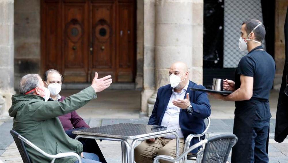 Terrazas en País Vasco con gente con mascarillas