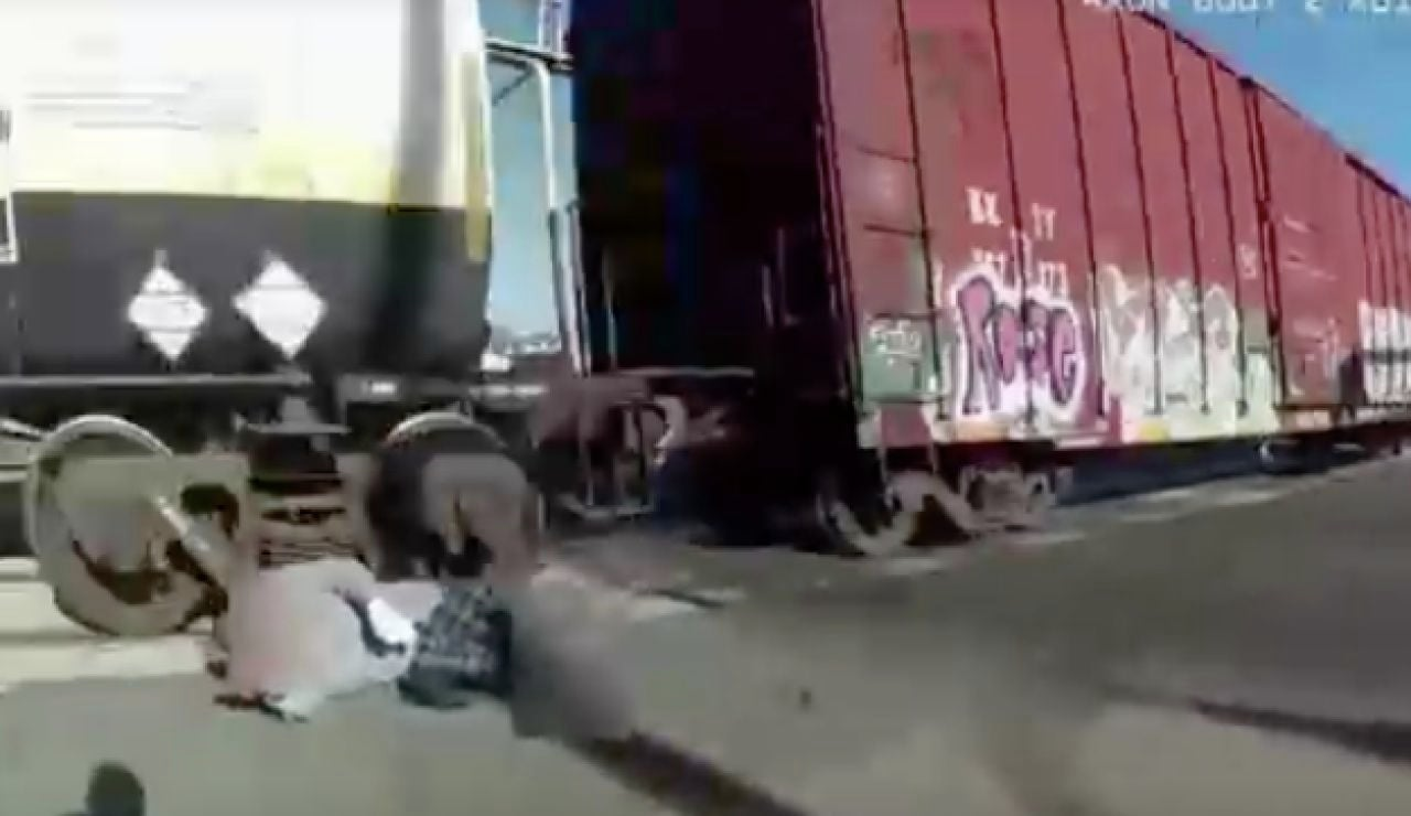Salvan a un hombre al que se le quedó enganchada la silla de ruedas en unas vías de tren en California