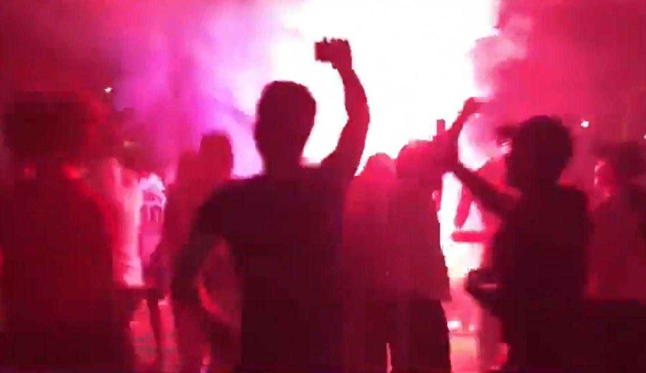 Aficionados del PSG celebran el pase a semifinales de la Champions League sin mascrillas ni distancia de seguridad