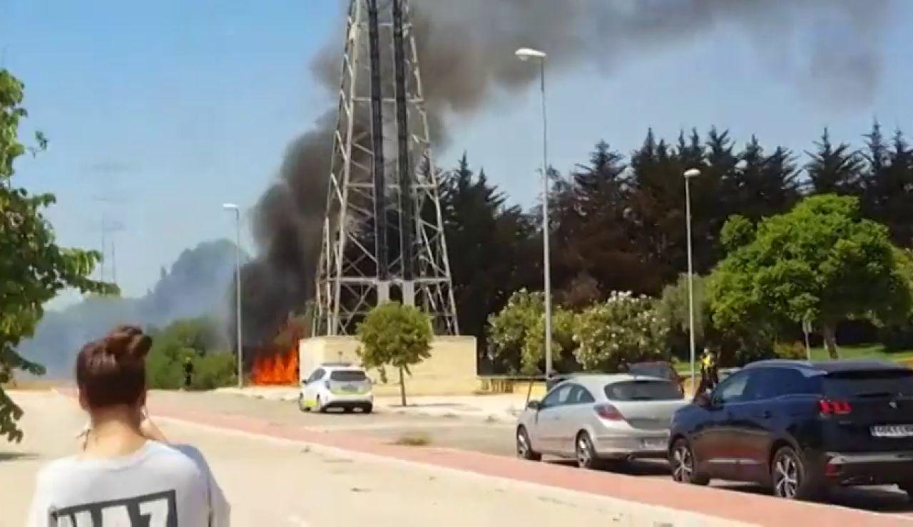 Un incendio causa varias explosiones al afectar al tendido eléctrico en Málaga