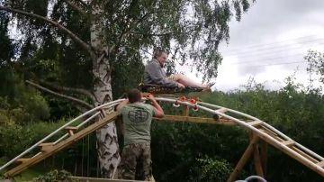 VÍDEO: Construye una montaña rusa en el jardín para hacer realidad el sueño de su sobrino