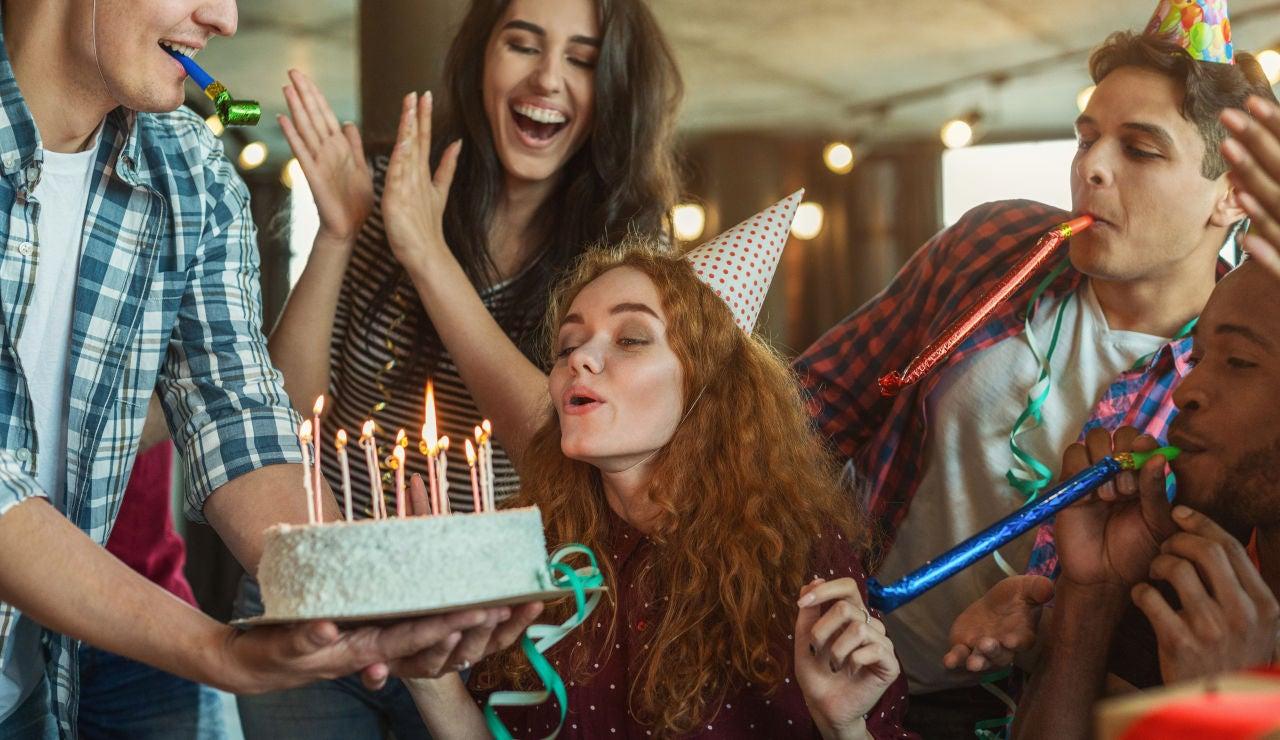 Grupo de amigos soplando las velas en un cumpleaños