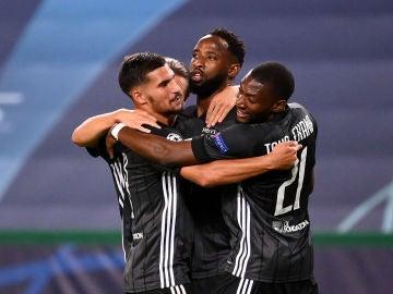 Los jugadores del Lyon celebran un gol