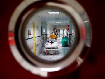 Una sanitaria traslada a un paciente en la zona limpia de Covid del Hospital Gregorio Marañón de Madrid