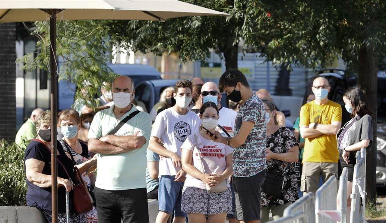 Vecinos del barrio barcelonés de Torre Baró, acuden desde primera hora de la mañana al Casal del barrio para someterse a las pruebas PCR promovidas por la Generalitat como parte del plan autonómico de cribados masivos