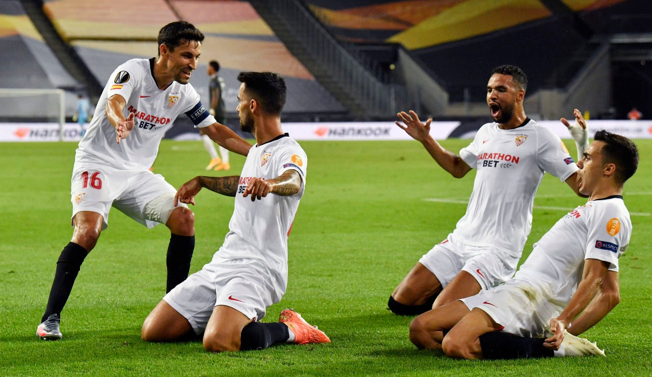 Los jugadores del Sevilla celebran el gol de Suso
