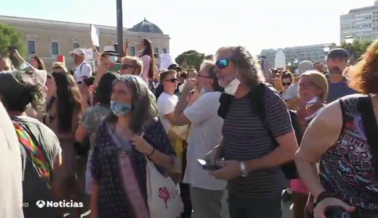 """Varios cientos de personas se concentran en Colón contra el uso de mascarilla: """"'El miedo baja las defensas, tú eliges"""""""