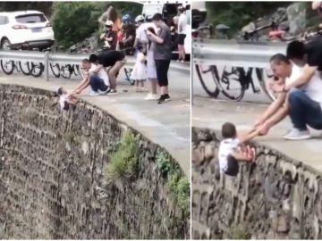 Un padre coloca a su hijo en un precipicio para hacerle fotos