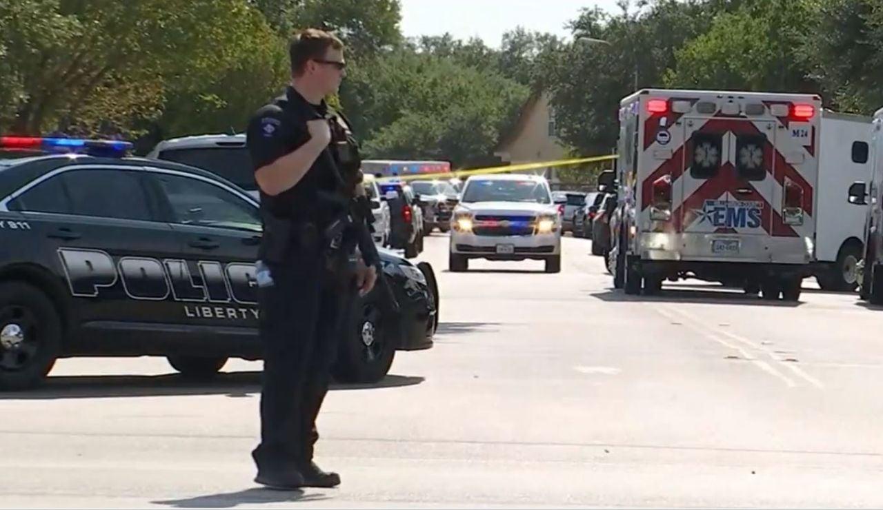 Un joven mantiene retenidas a varias personas en Texas