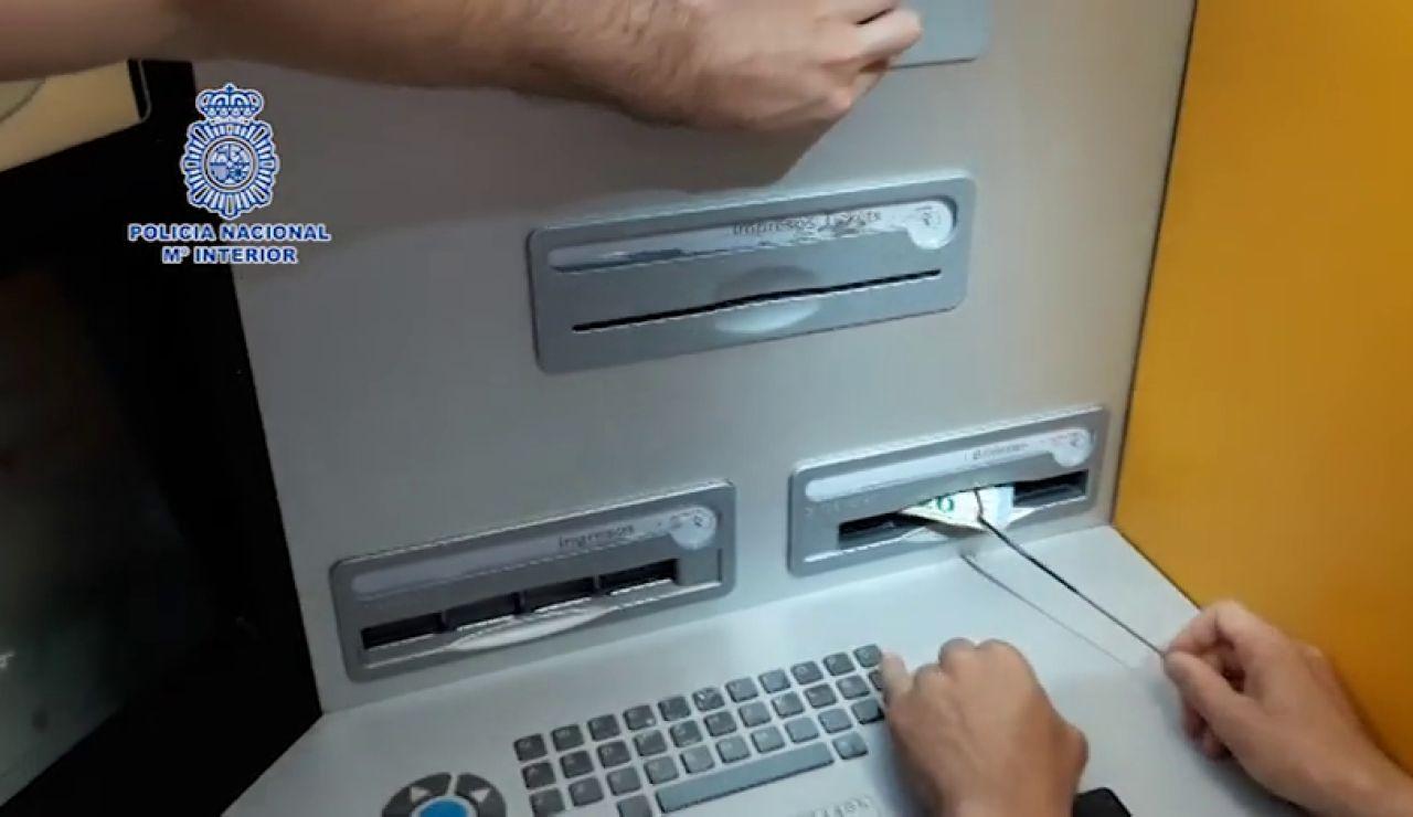 4 detenidos en Madrid por robar a personas mayores cuando sacaban dinero en cajeros