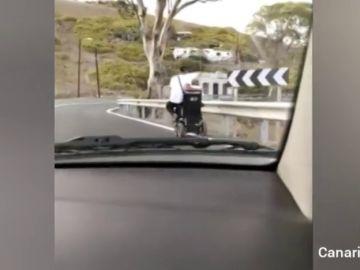 En silla de ruedas por una carretera de Telde, en Gran Canaria