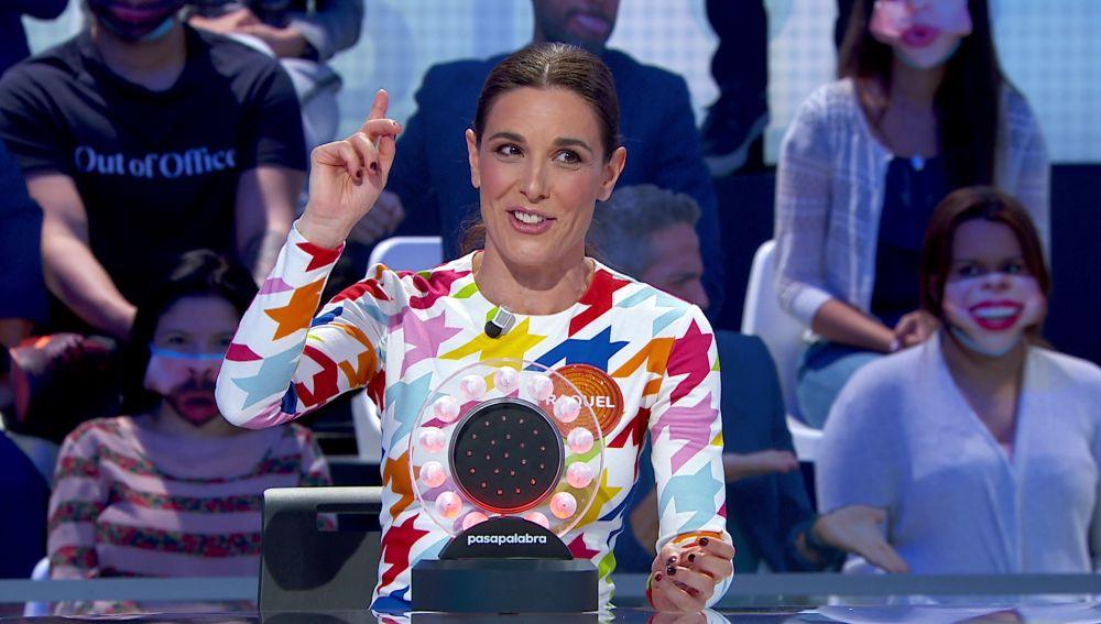 """Raquel Sánchez Silva se defiende en 'La Pista' al ritmo de 'Vivo cantando': """"¡Que no nos vuelvan a llamar paquetes!"""""""