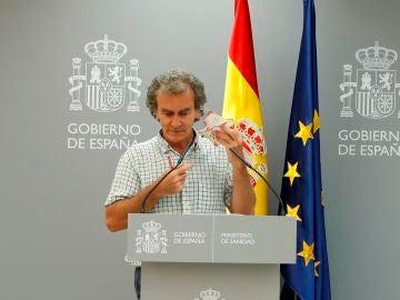 Fernando Simón quitándose la mascarilla con dibujos de Freddie Mercury