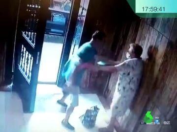 El vídeo de la brutal agresión a una anciana tras robarle en un portal de Valencia