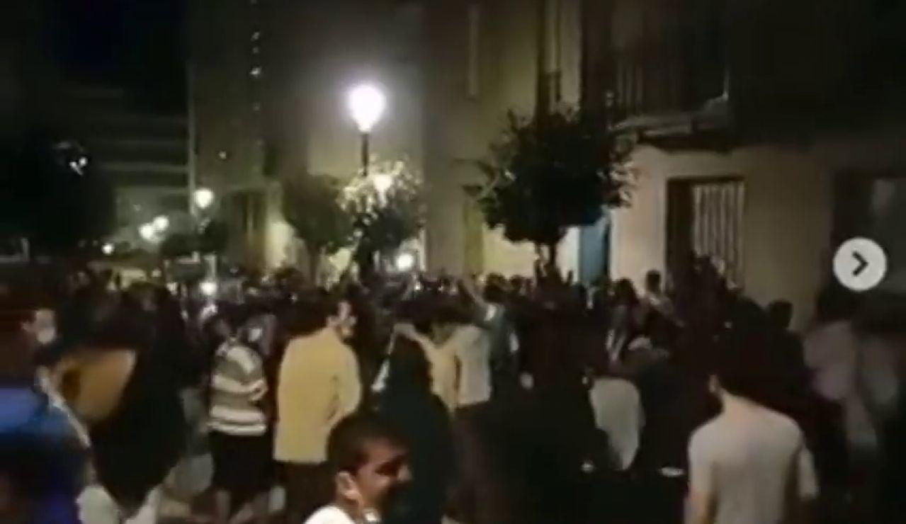 """Decenas de jóvenes protestan sin mascarilla por el cierre de los bares en Vigo: """"Hijos de puta, payasos"""""""