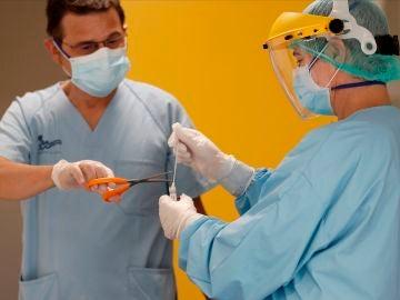 Miembros del personal sanitario del Hospital da Costa realizan PCR