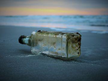 Botella en el agua