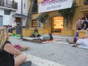 Vecinos de El Palo (Málaga) duermen en la calle para denunciar la mala situación en la que viven los sintecho