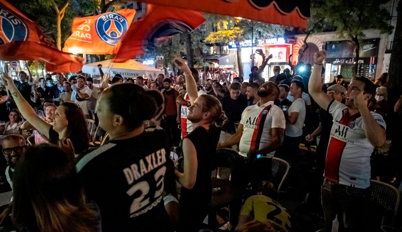 Aficionados del PSG celebran la victoria de su equipo en París