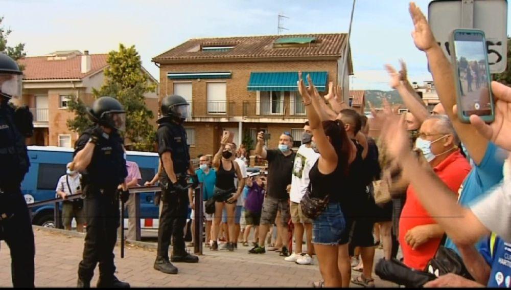 Vecinos de Pallejá, en Barcelona, cortan durante uno minutos la A-2 para protestar por los okupas