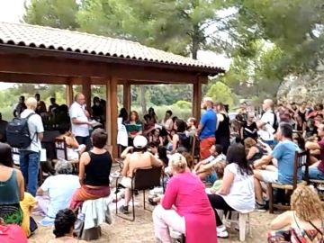 Besos y abrazos en una concentración convocada por Josep Pamies