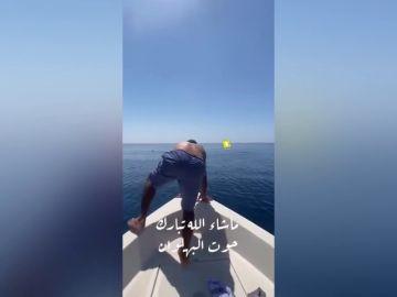 Un hombre salta sobre un tiburón ballena en Arabia Saudita y se vuelve viral