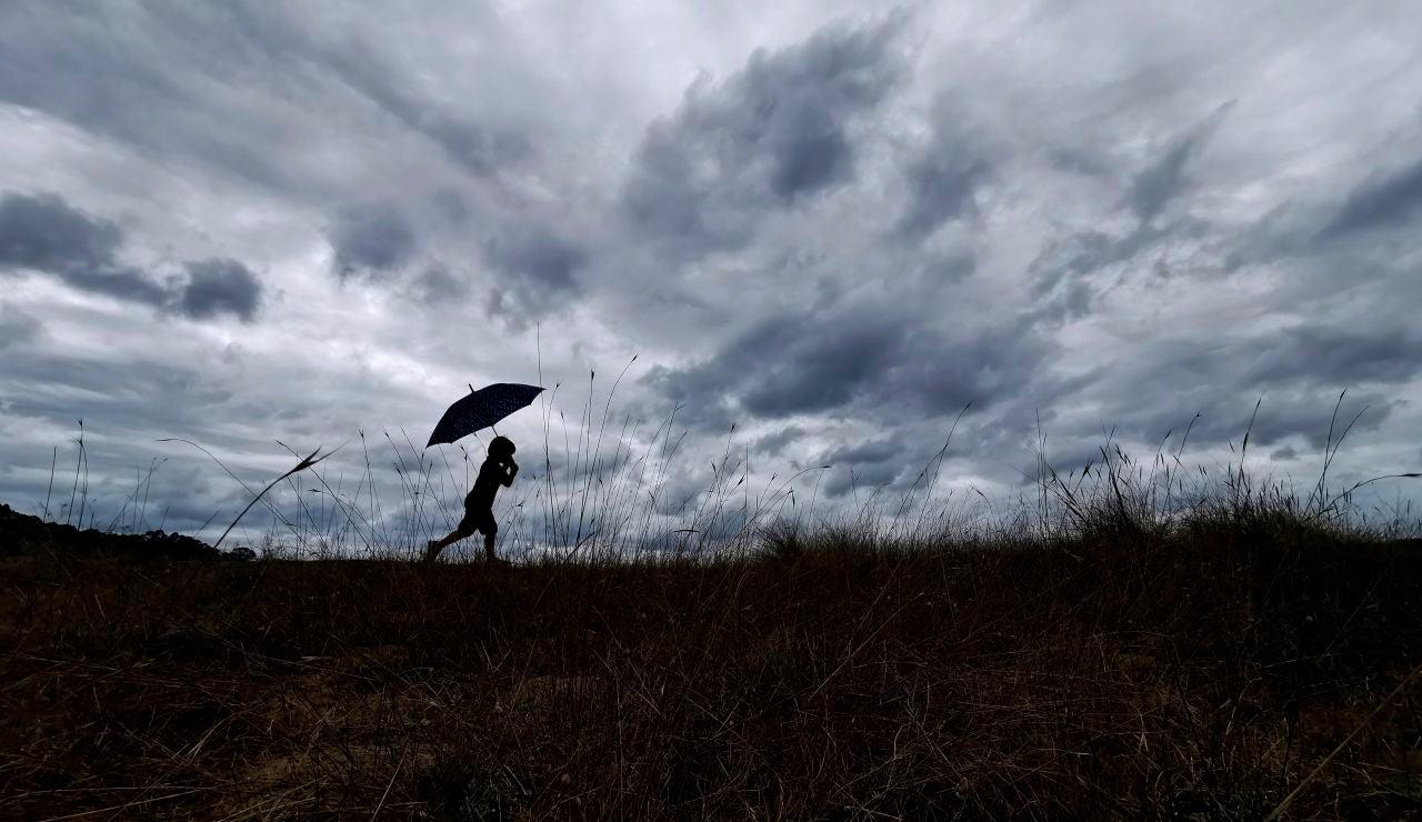 Un niño se resguardaba de la lluvia en Miño, A Coruña