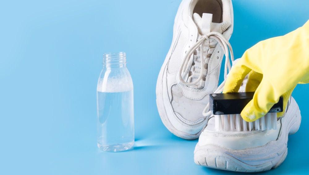 Limpiando zapatillas de deporte