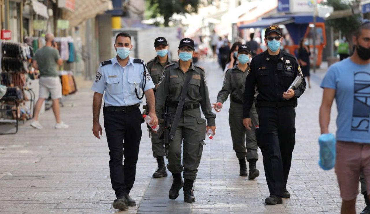 La Policía de Israel camina por una calle del país