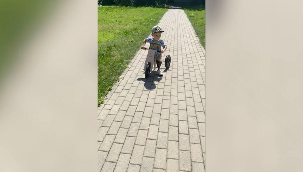 niño con ambas piernas amputadas monta en bici por primera vez