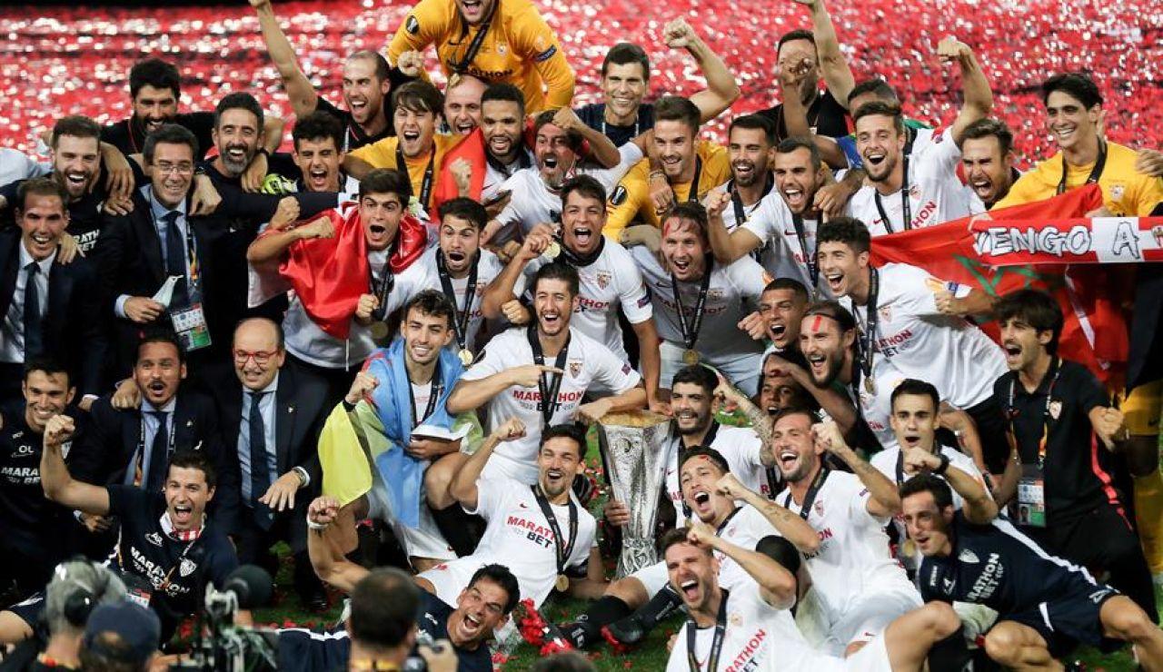 Los jugadores del Sevilla celebran la Europa League ganada en Colonia.