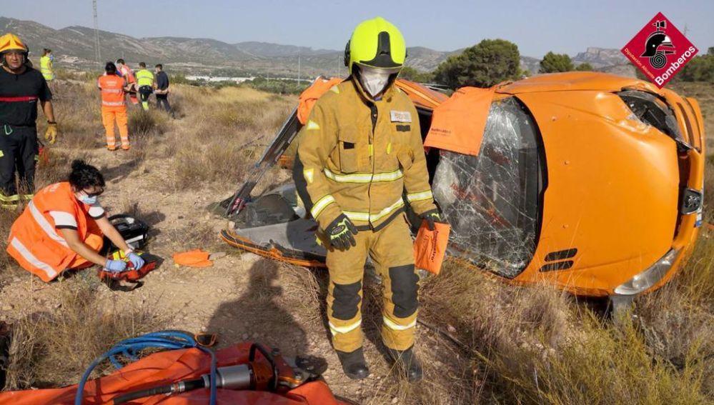 Un herido grave y cuatro leves en un accidente entre Sax y Salinas.