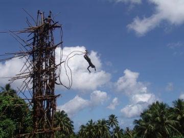 Un hombre salta desde una torre en la Isla de Pentecostés