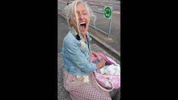 Un hombre le hace una broma a su pareja colocando un juguete sexual en su equipaje en el aeropuerto
