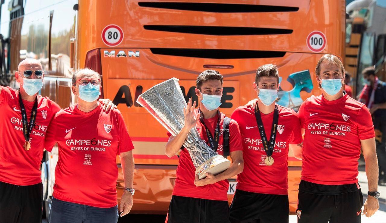 Jesús Navas porta el trofeo de la Europa League a la llegada a Sevilla