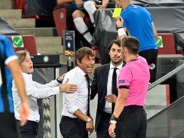 Antonio Conte protesta mientras ver la cartulina amarilla