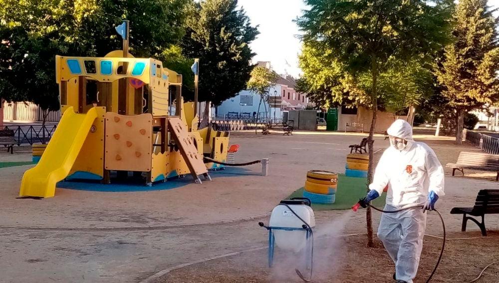 Un operario fumiga un parque infantil como parte del protocolo contra el mosquito del virus del Nilo