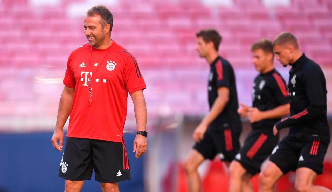 Hansi Flick sonríe en el entrenamiento del Bayern
