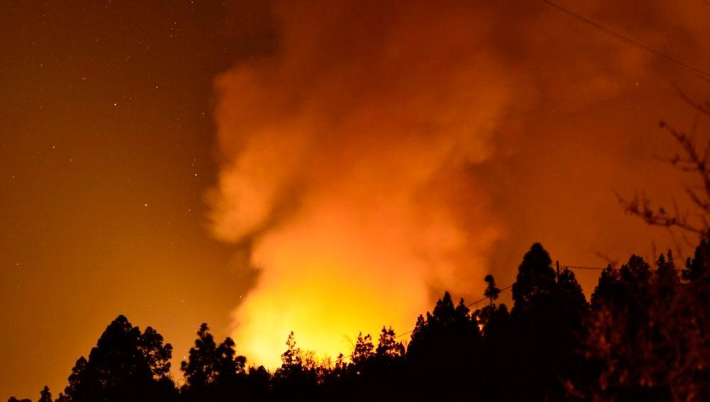 Las condiciones meteorológicas adversas están dificultando las labores de extinción del incendio forestal que comenzó en la tarde del viernes en el municipio palmero de Garafía.