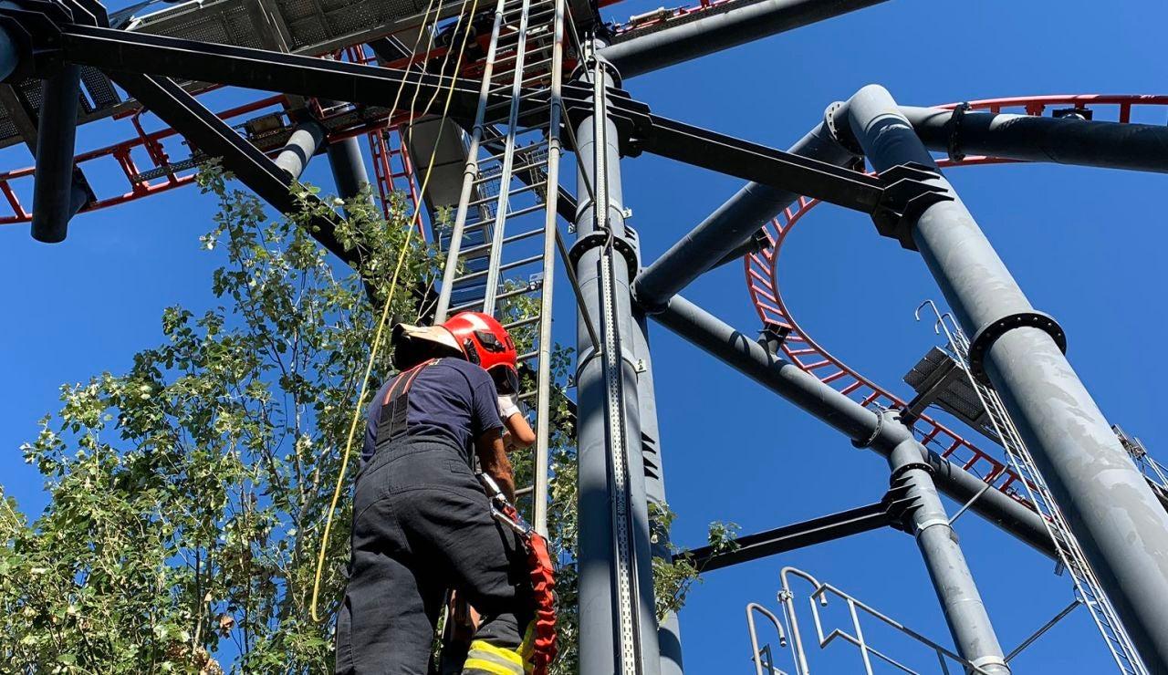 Cuatro dotaciones de bomberos rescatan a diez personas de la atracción La Tarántula del parque de atracciones de Madrid