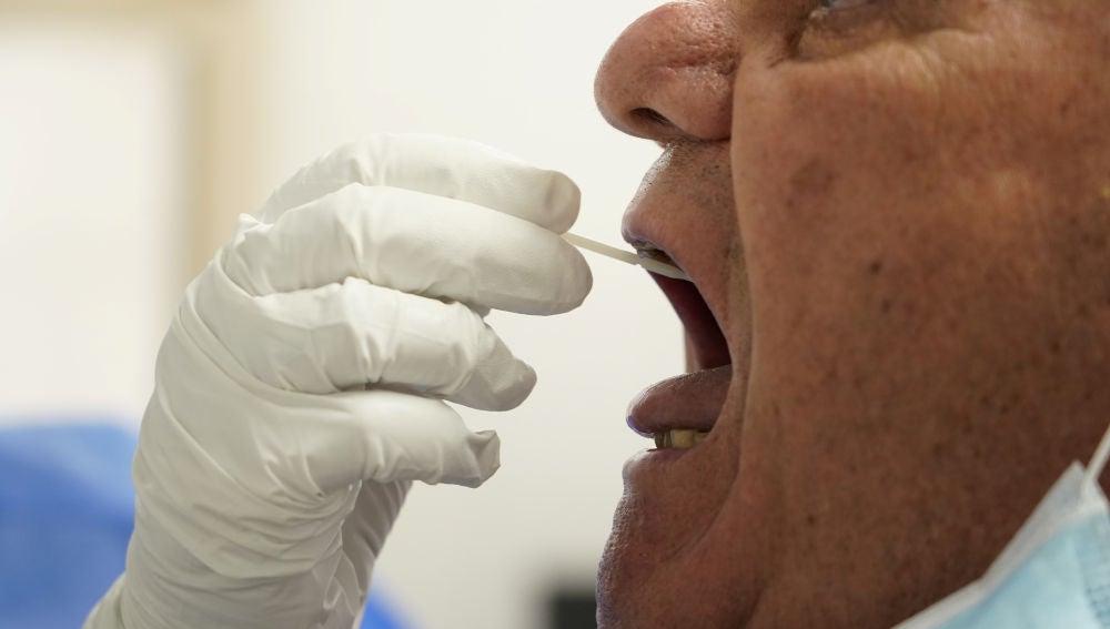 Un sanitario realiza un test PCR a un paciente
