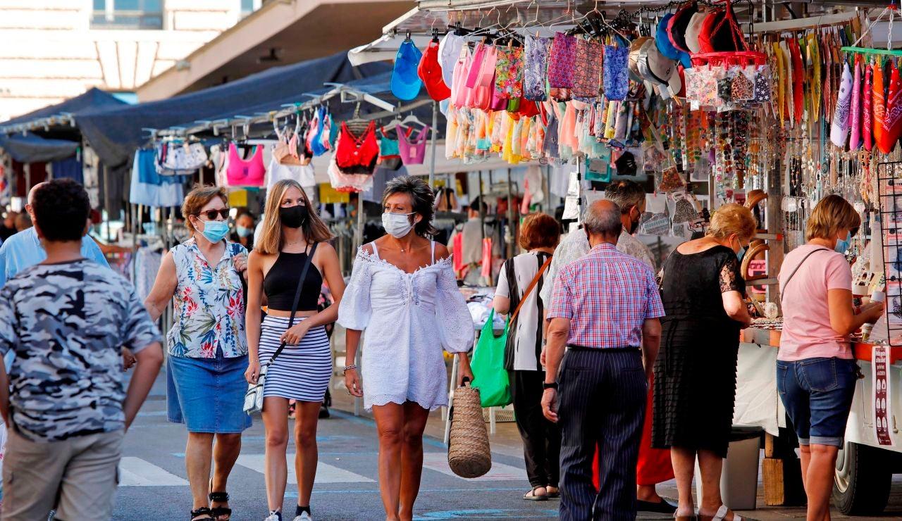 Varios vecinos recorren un mercado del centro de Reus