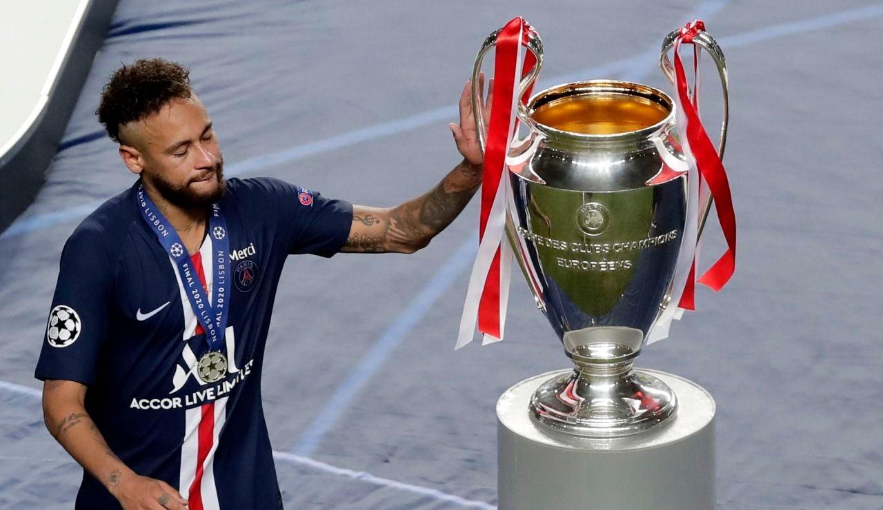 Neymar acaricia el trofeo de la Champions tras su derrota ante el Bayern