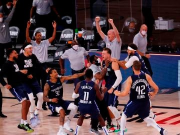Luka Doncic celebra la victoria tras su triple ante los Clippers