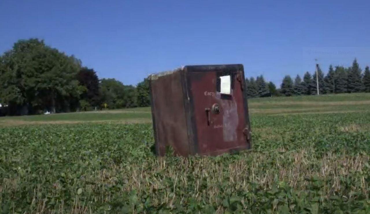 """Aparece una enigmática caja fuerte en una granja en EEUU con un mensaje: """"Si la abres, te quedas lo que hay dentro"""""""
