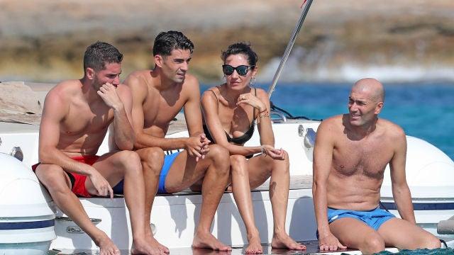 Zidane junto a su mujer y sus hijos, Luca, de rojo, y Enzo, de azul
